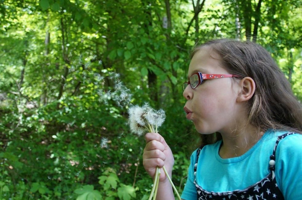 Enfant avec des lunettes